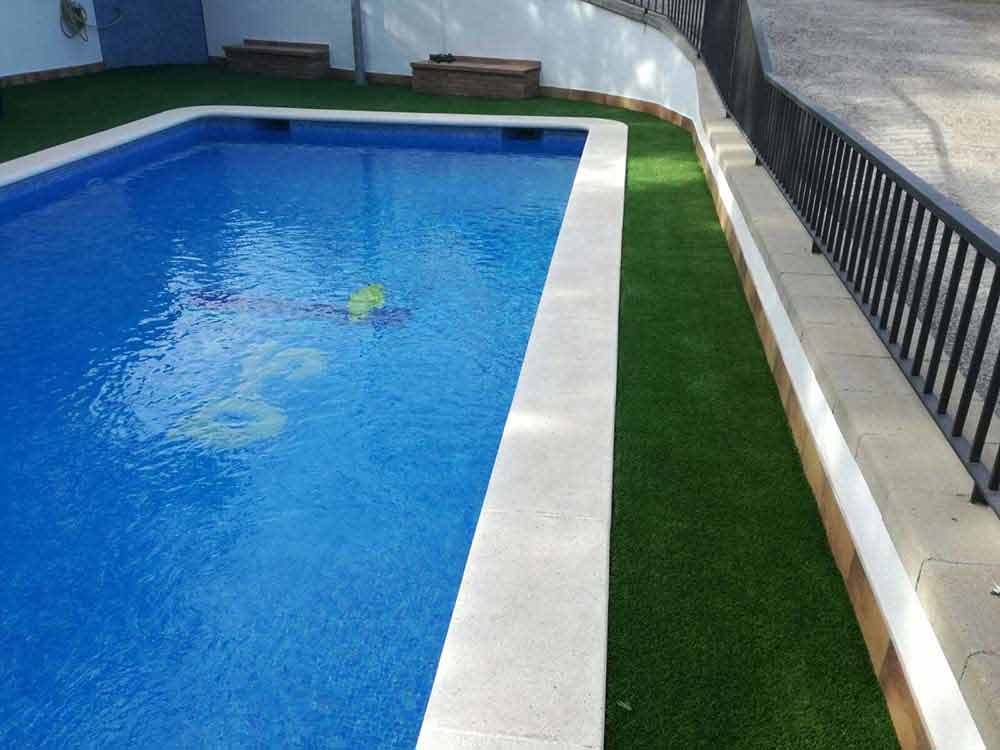 una piscina e instalación cesped artificial soft